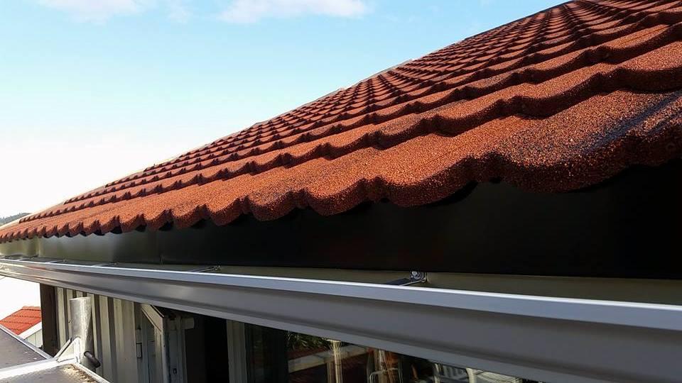 Hvite kaizer skjøtfrie takrenner med svart forkantblikk